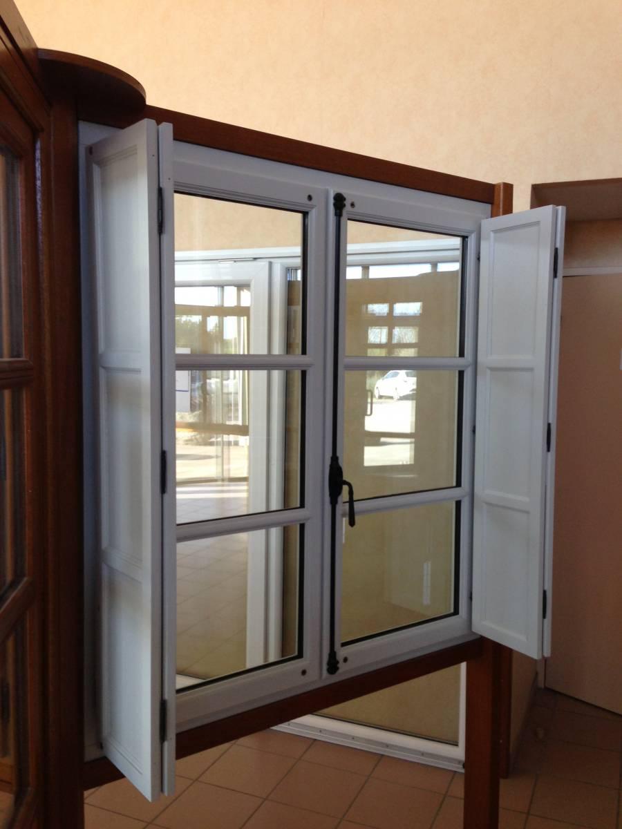 Pose En Rénovation De Fenêtres Bois Avec Volets Intérieurs Au Centre